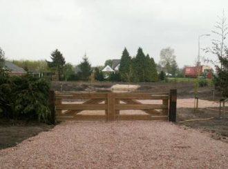 Grind storten op oprit en plaatsen hek kraanverhuur timmerman